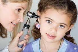 Giúp trẻ tập nghe với máy trợ thính