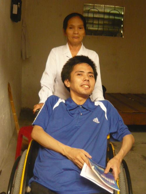 Chàng trai bại liệt ngồi xe lăn thi đại học