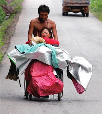 Đẩy xe lăn đưa mẹ đi du lịch