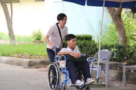 Đi xe lăn đến hội đồng thi