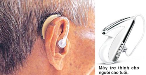 Người cao tuổi với máy trợ thính