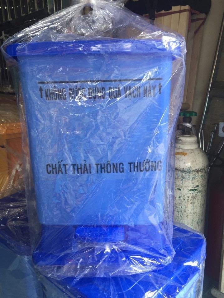 Thùng rác sinh hoạt màu xanh