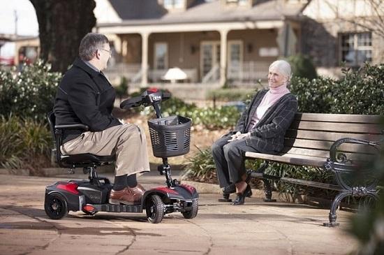 Mẫu xe lăn nào thích hợp cho người già?